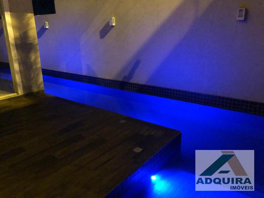 É possível encontrar casas com piscina em Ponta Grossa comraia semi-olímpica, iluminação e design diferenciado. Confira no site daAdquira Imóveis