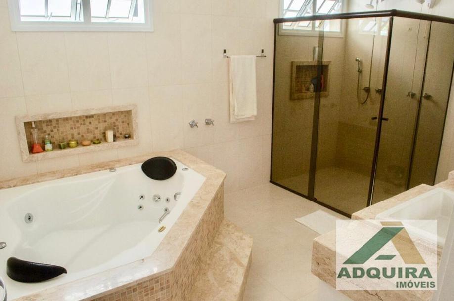 Escolha uma casa de alto padrão com hidromassagem para momentos de relaxamento